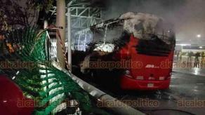 Coatzacoalcos, Ver., 15 de noviembre de 2018.- Un autobús de la línea ADO quedó reducido a cenizas, luego de que se incendiara en el área de lavado de la Central Camionera.