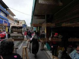 """Xalapa, Ver., 16 de noviembre de 2018.- Locatarios del Mercado """"Jáuregui"""" sacan escombros y productos que resultaron dañados por el incendio del pasado martes."""