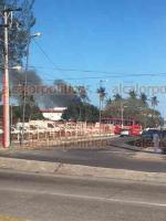 Veracruz, Ver., 17 de noviembre de 2018.- Un incendio se registró la tarde de este sábado en calles de la colonia Zaragoza, movilizándose los elementos de Bomberos y de Protección Civil.