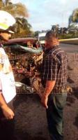 Yanga, Ver., 18 de noviembre de 2018.- Un muerto, daños materiales por unos 50 mil pesos y la movilización de los grupos de auxilio, fue el saldo del choque y volcadura entre un torton y una camioneta Nissan, la mañana de este domingo, en la carretera federal Córdoba-Veracruz.
