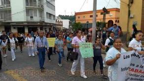 Papantla, Ver., 19 de noviembre de 2018.- Trabajadores del IMSS Prospera marcharon por diversas calles de la ciudad la tarde de este lunes para exigir se contrate a más personal.