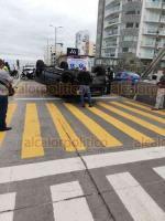 Boca del Río, Ver., 21 de noviembre de 2018.- Escoltas del hijo del empresario Valentín Ruiz volcaron la camioneta en la que circulaban, en la avenida Ávila Camacho. Al parecer no tomaron precaución al pasar por topes elevados.