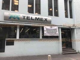 Xalapa, Ver., 21 de noviembre de 2018.- Afuera de las oficinas de Telmex, en la calle Leandro Valle, fue colocada una manta, donde empleados exigen justicia y que se aplique todo el peso de la ley contra asesinos de dos hermanos en Orizaba, hijos de telefonista jubilada.