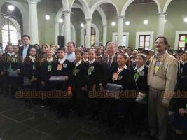 Xalapa, Ver., 21 de noviembre de 2018.- El gobernador Miguel Ángel Yunes Linares recibió a 160 niños que participaron en la Ruta de la Superación Ciudadana y quienes fueron reconocidos por su excelente desempeño escolar.