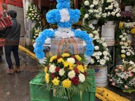 Xalapa, Ver., 10 de diciembre de 2018.- Lamentan comerciantes que año con año disminuyan las ventas de coronas para la Virgen de Guadalupe, pese a que el 12 de diciembre es una de las fechas más fervientes para los feligreses.