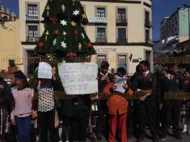 Xalapa, Ver., 12 de diciembre de 2018.- Padres y estudiantes del Telebachillerato de la localidad de Mazatepec, en Acajete, protestaron en Plaza Lerdo ante la falta de tres docentes en el plantel que ocupan en dicha comunidad; piden intervención de la SEV.
