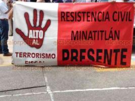 Minatitlán, Ver., 14 de diciembre de 2018.- Habitantes, incluyendo integrantes de la Resistencia Civil y de la CANACO marcharon este viernes en principales avenidas, para exigir mayor vigilancia policial en el municipio y la instalación del Consejo Local de Seguridad.