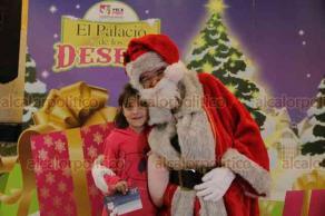 Ciudad de México, 14 de diciembre de 2018.- La directora del Servicio Postal Mexicano, Nidia Chávez Rocha, canceló el timbre postal navideño, encendió el árbol de Navidad e inauguró el Taller para que los niños le escriban sus cartas a Santa Claus y los Reyes Magos.