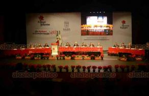 Xalapa, Ver., 15 de diciembre de 2018.- El gobernador Cuitláhuac García Jiménez asistió este sábado a la sesión solemne del cabildo de esta capital en el Teatro del Estado.