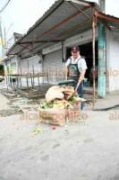 Veracruz, Ver., 16 de diciembre de 2018.- Locatarios del Mercado Malibrán denunciaron fugas de aguas negras e ineficiencia en el servicio de recolección de basura. Piden atención por parte de las autoridades municipales.