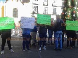 Xalapa, Ver., 17 de diciembre de 2018.- Trabajadores de la empresa Integradora Veracruzana de Frutas Tropicales (INVERAFRUT) se manifestaron en Plaza Lerdo para denunciar que fueron despedidos injustificadamente. Exigen ser reinstalados o que se les pague su liquidación.