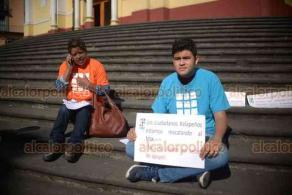 Xalapa, Ver., 17 de diciembre de 2018.- En escalinata de la Catedral de Xalapa, se postraron ciudadanos para apoyar a empleados del MIX que fueron despedidos.