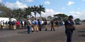 Córdoba, Ver., 17 de diciembre de 2018.- La Policía Municipal arribó a la aeropista para desalojar a trabajadores que la mantienen tomada.