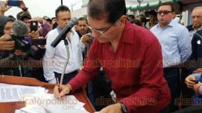 Coatzacoalcos, Ver., 16 de enero de 2019.- Empresarios, asociaciones civiles y población en general se reunieron en el Parque Independencia para conocer la postura del Alcalde ante pliego petitorio entregado en diciembre pasado. El munícipe firmó el documento.