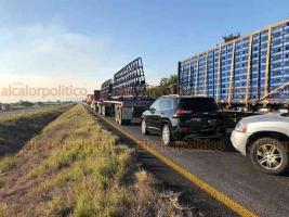Acayucan, Ver., 18 de enero de 2019.- Accidente de pipa paralizó la circulación por más de una hora, la tarde de este viernes, en la carretera Acayucan-Veracruz.