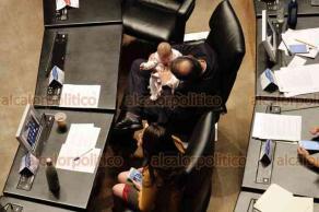 Ciudad de México, 18 de enero de 2019.- El senador panista Gustavo Madero convive con la bebé de su compañera de bancada, Martha Cecilia Márquez, durante la sesión extraordinaria de la Cámara Alta.