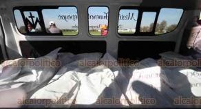 Tlahuelilpan, Hid., 19 de enero de 2019.- Entre militares, policías y familiares de fallecidos, peritos iniciaron el levantamiento de cuerpos donde ocurrió la explosión a consecuencia de una toma clandestina en un ducto de PEMEX.