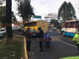Xalapa, Ver., 19 de enero de 2019.- Accidente entre vehículo particular y camión del transporte público sobre Lázaro Cárdenas, a la altura del retorno a la avenida Xalapa, elementos motorizados de la SSP abanderan la zona.