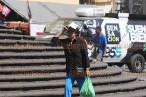 Xalapa, Ver., 17 de febrero de 2019.- Sombrillas, folders y ropa fresca usan los xalapeños para mitigar el intenso calor que impera en la capital la tarde de este domingo.