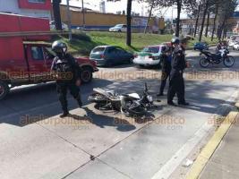 Xalapa, Ver., 17 de febrero de 2019.- Un motociclista que circulaba en aparente estado de ebriedad se accidentó en la avenida Lázaro Cárdenas. Viajaba con su pareja, la cual resultó con varias lesiones y fue trasladada a un hospital para su debida atención médica.