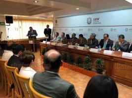 Xalapa, Ver., 19 de febrero de 2019.- El titular de la SEV, Zenyazen Escobar entregó Reconocimientos a Empresas y Alumnos del CONALEP y CECYTEV que participaron en el Modelo Mexicano de Formación DUAL.