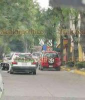 Xalapa, Ver., 19 febrero de 2019.- Lector reporta la invasión de un carril de la avenida Américas, afuera de la escuela Villa de Cortés.