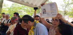 Oteapan, Ver., 22 de febrero de 2019.- Al término del Primer encuentro regional de los pueblos indígenas del sur de Veracruz, una dama se acercó al gobernador Cuitláhuac García para solicitarle ayuda para localizar a su hermano desaparecido.