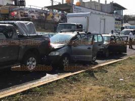 Xalapa, Ver., 23 de febrero de 2019.- Tres vehículos chocaron por alcance sobre la carretera Xalapa-Veracruz, en la entrada a Las Trancas.
