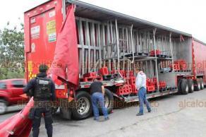 Veracruz, Ver., 17 de marzo de 2019.- La tarde de este domingo, un tráiler con refrescos fue impactado por el tren, cuando intentaba ganarle el paso a la altura de Tejería, frente a TAMSA. Personas aprovecharon para cometer rapiña.