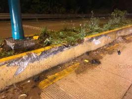 Coatepec, Ver., 17 de marzo de 2019.- El Conductor de una camioneta Toyota Hilux perdió el control sobre la carretera Xalapa-Coatepec, a la altura de Río Sordo. Chocó contra el camellón y terminó obstruyendo la circulación, no hubo lesionados.