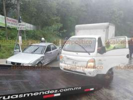 Coatepec, Ver., 18 de marzo de 2019.- Más percances en la carretera Xalapa-Coatepec. A la altura de Los Arenales, un Tsuru chocó con la valla de seguridad, quedó atravesado y lo impactó una camioneta. Asimismo, se reportó que un taxi sufrió otro choque.