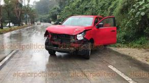 Coatepec, Ver., 18 de marzo de 2019.- También este lunes en la carretera Xalapa-Coatepec, una camioneta roja chocó contra un árbol al perder el control a la altura de Río Sordo. Luego, un automóvil se detuvo por dicho percance, siendo impactado por alcance por otro coche.