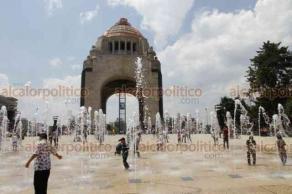 Ciudad de México, 18 de marzo de 2019.- Ante la ola de calor, cientos de personas, principalmente niños, se refrescan en las fuentes bailarinas de la Plaza de la República, en el monumento de la Revolución.