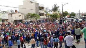 Boca del Río, Ver., 19 de marzo de 2019.- Trabajadores de Tenaris Tamsa se disputan la dirigencia de esa organización. Un grupo apoya a Pascual Lagunes Ochoa, quienes se atrincheraron en el auditorio, mientras que afuera están los que están con el disidente Cándido Canseco.