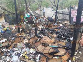 Veracruz, Ver., 20 de marzo de 2019.- Incendio de una humilde vivienda en la colonia Rosa Borunda, la mañana de este miércoles, al parecer fue por un cortocircuito.