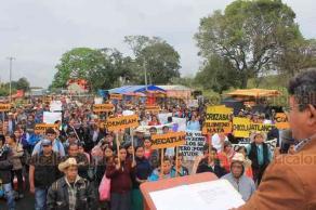 Papantla, Ver., 20 de marzo de 2019.- Cerrada la carretera Papantla-Coatzintla a la altura del parque temático por la protesta que realiza la Red Autónoma de Campesinos Indígenas y Organizaciones Sociales A.C. que encabeza Antonio Hinojosa Saldaña.