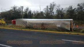 Emiliano Zapata, Ver., 20 de marzo de 2019.- La mañana de este miércoles un tráiler volcó en El Lencero a la altura del Cuartel Militar; no hay lesionados.