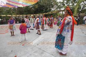Papantla, Ver., 20 de marzo de 2019.- Con una exposición de trajes típicos y danzas, asistentes disfrutan del ambiente en la Plaza del Danzante de la Cumbre Tajín 2019.