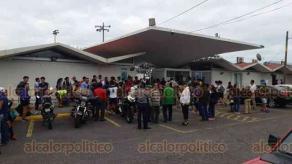 Boca del Río, Ver., 20 de marzo de 2019.- Personal de Gobierno del Estado, en compañía de Policía Estatal, bloqueó el acceso de jóvenes a la Liga Municipal de Futbol. La entrada por la calle Jacarandas, fue nuevamente soldada y por la Unidad Deportiva