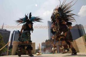 """Ciudad de México, 21 de marzo de 2019.- En la explanada del Monumento a la Madre, danzantes protagonizan un ritual para dar la bienvenida al equinoccio de primavera y transeúntes alzan las manos para """"cargarse de energía""""."""