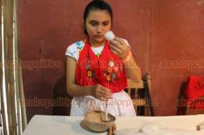 Papantla, Ver., 21 de marzo de 2019.- Explican en taller todo el proceso del algodón desde su extracción hasta el tejido para creación de blusas y hasta vestidos de novia.
