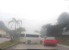 Xalapa, Ver., 21 de marzo de 2019.- La tarde de este jueves se registró un accidente sobre la carretera Xalapa-Coatepec, en el cual se vio involucrada una camioneta escolar y un vehículo particular.