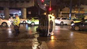 Xalapa, Ver., 22 de marzo de 2019.- Volcadura de camioneta EcoSport sobre Murillo Vidal, bajo el puente de Circuito Presidentes, luego de que un taxi que provenía de la avenida Maestros Veracruzanos la impactara por el costado derecho.