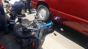Xalapa, Ver., 25 de marzo de 209.- La tarde de este lunes se registró un accidente entre una camioneta y una motocicleta sobre la carretera Coatepec-Las Trancas, al lugar acudieron cuerpos de emergencia para auxiliar a la persona lesionada.