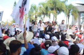 Xalapa, Ver., 26 de marzo de 2019.- Integrantes del Movimiento Cardenista llegaron al Congreso local y bloquearon la avenida Encanto, liderados por Antonio Luna. El diputado José Manuel Pozos recibió a una comisión para atender sus peticiones.