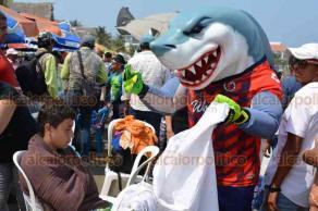 """Veracruz, Ver., 18 de abril de 2019.- Este jueves santo, por la campaña """"Limpiemos nuestro México"""", la mascota del equipo Tiburones Rojos y """"Monty"""", de los Rayados de Monterrey, se pusieron a recoger basura en la playa Villa del Mar."""