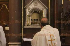 Xalapa, Ver., 18 de abril de 2019.- La feligresía católica recibió en la Catedral Metropolitana los Santos Oleos que serán utilizados durante el año eclesiástico en los sacramentos como el bautismo y unción de los enfermos.