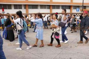 Veracruz, Ver., 19 de abril de 2019.- Este Viernes Santo se efectuó el tradicional viacrucis en calles del centro histórico; el evento fue encabezado por el obispo Carlos Briseño Arch.