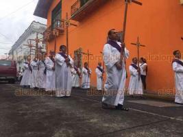 Xalapa, Ver., 19 de abril de 2019.- La Iglesia de Los Corazones también recorrió las 14 estaciones de Viacrucis por calles del centro de la ciudad.