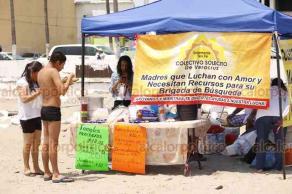 Veracruz, Ver., 19 de abril de 2019.- Con la intención de captar recursos para seguir buscando a sus desaparecidos, integrantes del Colectivo Solecito montaron un puesto de antojitos y comida en playa Villa del Mar, permanecerán en esta zona el viernes, sábado y domingo de 9 de la mañana a 6 de la tarde.